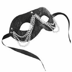 mascara con cadena negra sincerely